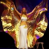 Pokaz tańca brzucha ze skrzydłami