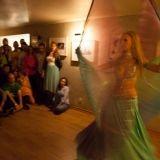 Belly Dance Show ze skrzydłami Izis podczas imprezy urodzinowej