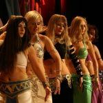 Na zakończenie sezonu kursów tańca moje uczennice występują na scenie podczas pokazu 'Szczypta Orientu'